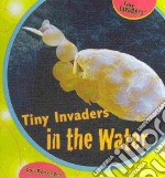 Tiny Invaders in the Water libro in lingua di Bensinger Lou