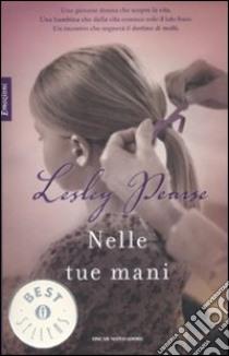 Nelle tue mani libro di Pearse Lesley