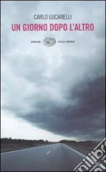 Un giorno dopo l'altro libro di Lucarelli Carlo